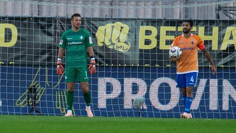 Lilien-Schlussmann Daniel Heuer Fernandes und Kapitän Aytac Sulu sind enttäuscht nach der Niederlage in Kiel.