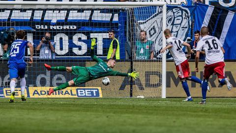 Aaron Hunt verwandelt den Elfmeter gegen den SV Darmstadt 98.