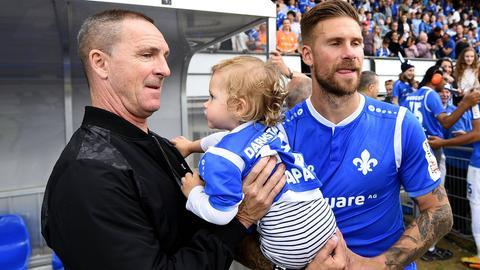 Ein Teil der Familie vereint: Tobias Kempe mit Töchterchen Mina und Papa Thomas Kempe.