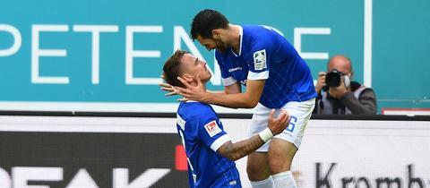 Darmstadts Luca Pfeiffer (r.) und Phillip Tietz bejubeln das 2:0 gegen Hannover.