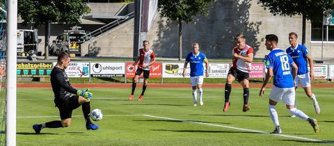 Drei Darmstädter Spieler schauen zu, wie Vente Feyenoord Rotterdam in Führung schießt.