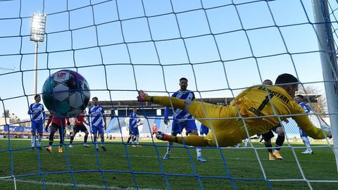 Der Ball zappelt im Netz, Marcel Schuhen im Tor der Lilien ist vergeblich geflogen.