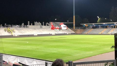 Der Rettungshubschrauber landet im Stadion am Böllenfalltor.