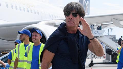 Bundestrainer Joachim Löw bei der Ankunft in Frankfurt