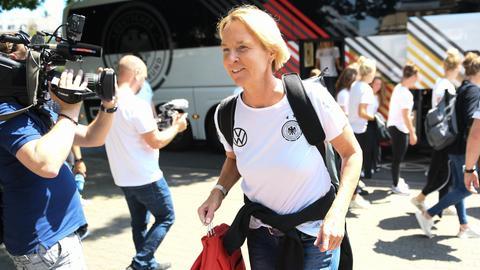 Bundestrainerin Martina Voss-Tecklenburg bei der Abreise in Frankfurt