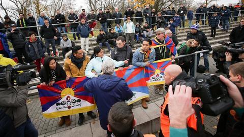 Proteste gegen China beim Spiel in Mainz