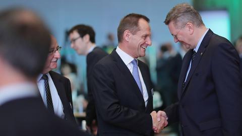 Alfons Hörmann und Reinhard Grindel schütteln sich die Hand