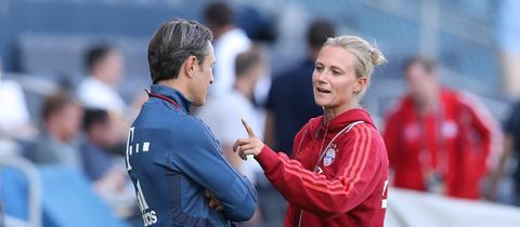 Kathleen Krüger, Teammanagerin des FC Bayern, im Gespräch mit dem damaligen Trainer Niko Kovac.