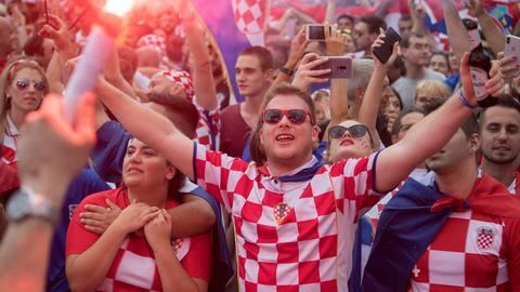 Kroatische Fans feiern die Vizeweltmeisterschaft.