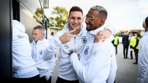 Der Frankfurter Niklas Süle im Kreise der DFB-Elf