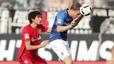 Jesus Vallejo (li.) und Sven Schipplock treffen am Sonntag in Frankfurt aufeinander.