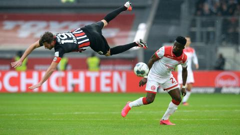 Das war nichts: David Abraham und die Eintracht unterliegen in Düsseldorf.