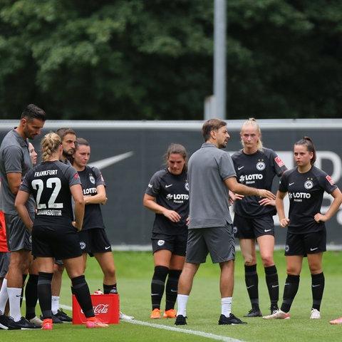 Niko Arnautis versammelt seine Spielerinnen im Mannschaftskreis beim Test gegen Jena.