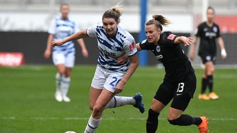 Ein Zweikampf auf dem Hinrundenspiel des MSV Duisburg gegen die Eintracht Frankfurt Frauen.