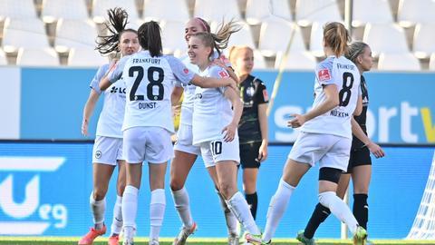 Die Eintracht-Spielerinnen bejubeln das Tor von Laura Freigang.