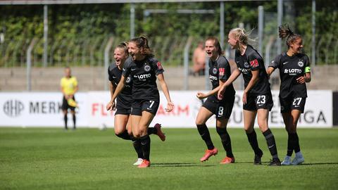 Die Eintracht-Spielerinnen bejubeln das Siegtor von Lara Prasnikar in Freiburg.