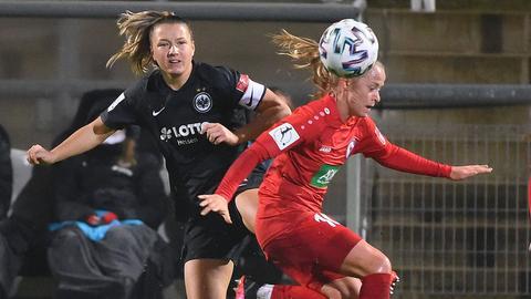 Tanja Pawollek von Eintracht Frankfurt im Duell mit Karoline Smidt Nielsen von Turbine Potsdam