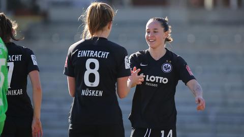 Sjoeke Nüsken und Geraldine Reuteler bejubeln einen Treffer im Testspiel gegen Würzburg.