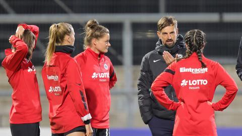 Eintracht-Trainer Niko Arnautis mit seinen Spielerinnen.