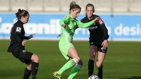 Ein Zweikampf aus dem Hinspiel der Eintracht Frankfurt Frauen gegen den VfL Wolfsburg