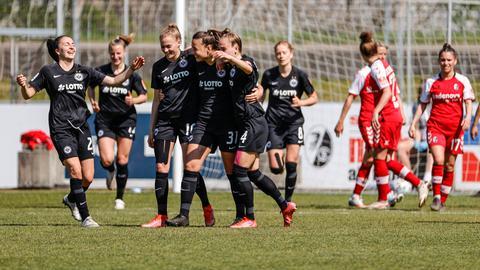 Konnten auch in Freiburg einen Sieg bejubeln: Die Fußballerinnen von  Eintracht Frankfurt.