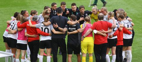 Die Mannschaft der Eintracht Frankfurt Frauen steht im Kreis