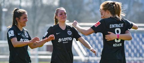 Jubel der Eintracht Frankfurt Frauen im Spiel gegen Duisburg