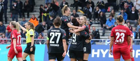 Frankfurts Frauen feiern das 1:0 gegen Sand.