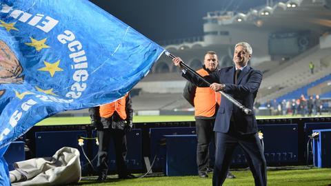 Armin Veh schwingt eine blaue Fahne