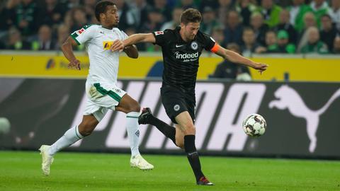 Eintracht-Kapitän David Abraham musste gegen Borussia Mönchengladbach viele Zweikämpfe (hier gegen Torschütze Alassane Plea) bestreiten.