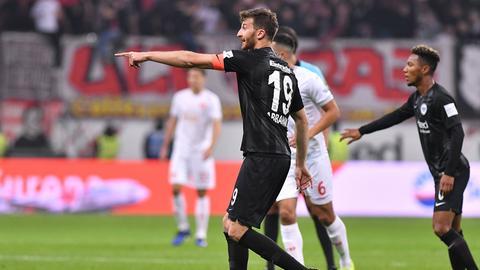Eintracht-Kapitän David Abraham gibt die Richtung vor.