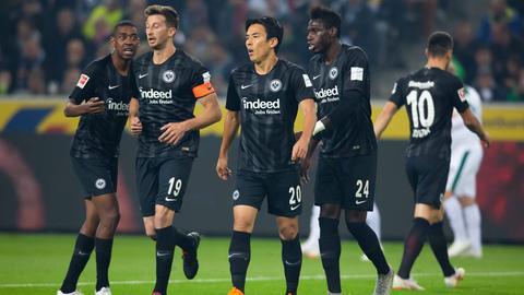 Eintracht-Kapitän David Abraham (2.v.l.) findet nach der Niederlage bei Borussia Mönchengladbach klare Worte.