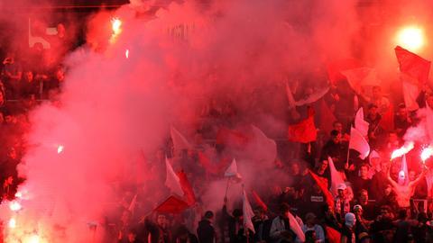 Belgische Fans zünden Pyrotechnik gegen Frankfurt.