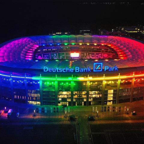 Die Frankfurter Arena in Regenbogenfarben