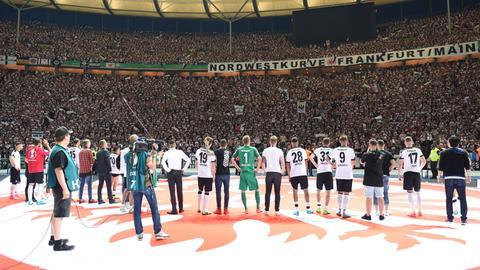 Eintracht Spieler stehen in Fankurve