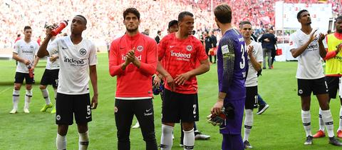 Die Eintracht-Profis nach der Pleite in München bei ihren Fans.
