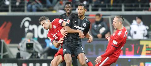 Sébastien Haller von Eintracht Frankfurt gegen Javi Martinez und Franck Ribéry vom FC Bayern München.