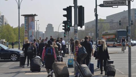 Touristen mit Koffern in Berlin