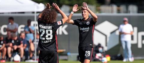 Jesper Lindström erzielte gegen Gießen sein erstes Tor für die Eintracht - auf Vorarbeit von Fabio Blanco.