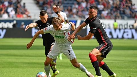 Eintrachts Rafael Borre (l.) und Filip Kostic (r.) im Dreikampf um den Ball.
