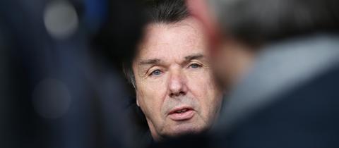 Eintracht-Boss Heribert Bruchhagen verkündet das Aus für Trainer Armin Veh.