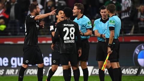 Wütende Frankfurter protestieren vergeblich bei Schiedsrichter Felix Brych.