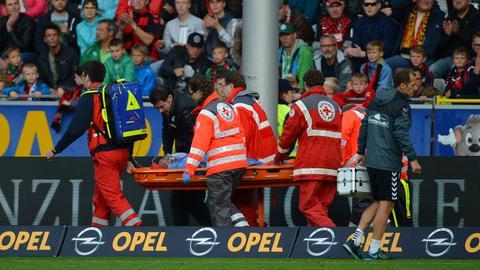 Onur Bulut vom SC Freiburg wird auf einer Trage aus dem Stadion gebracht.