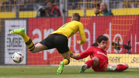 Marco Reus und Jesus Vallejo am Boden, der Ball im Tor