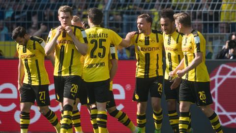 Dortmunder Spieler Arm in Arm