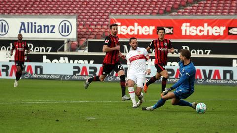 Castro schiebt zum 2:0 für Stuttgart ein, Abraham (li.) und Hasebe können nur zuschauen.