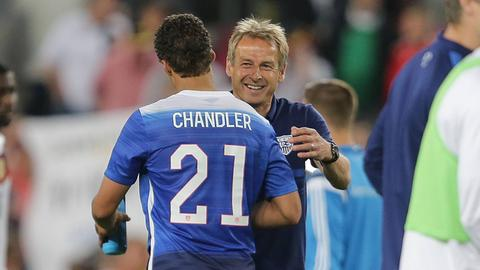 Ex-US-Nationaltrainer Jürgen Klinsmann im Jahr 2016 mit Timothy Chandler