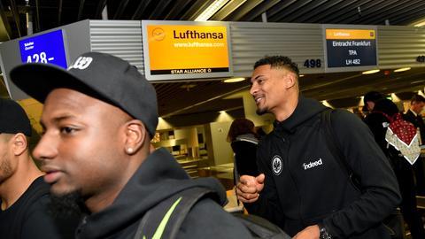 Jetro Willems (li.) und Sébastien Haller beim Check-in am Frankfurter Flughafen.