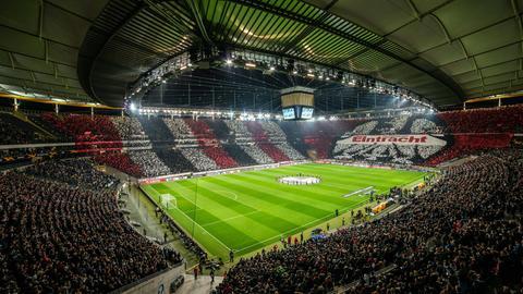 Blick auf die imposante Choregrafie der Frankfurter Fans vor Spielbeginn.