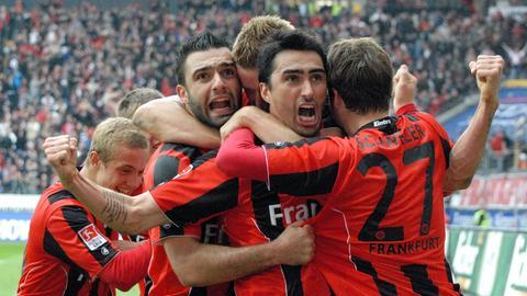 Chris (Mitte) spielte acht Jahre für die Eintracht. Hier bejubelt er 2010 einen Treffer zum 2:0 gegen Nürnberg.